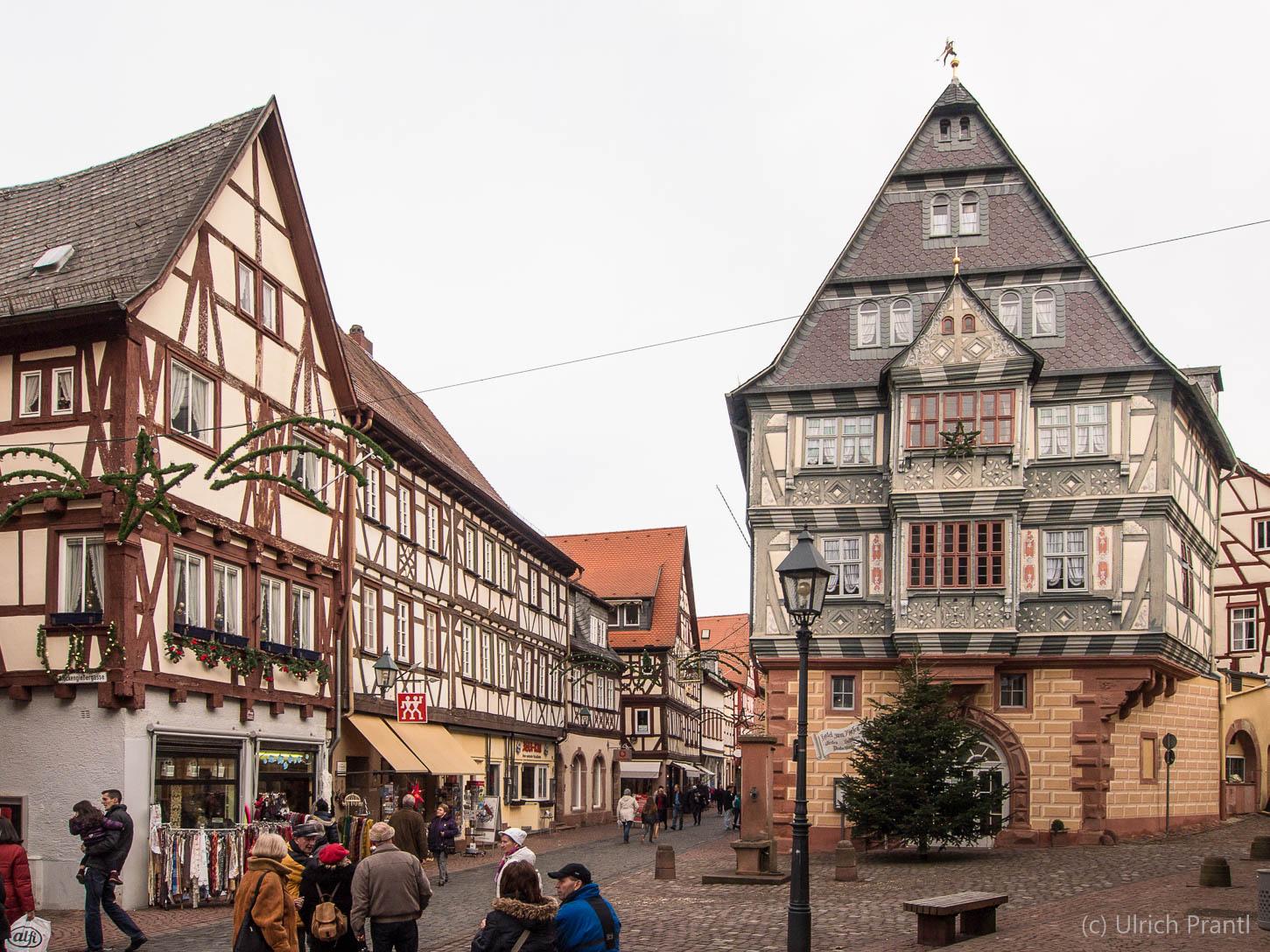 Miltenberg, Hauptstraße mit Gasthof Riesen