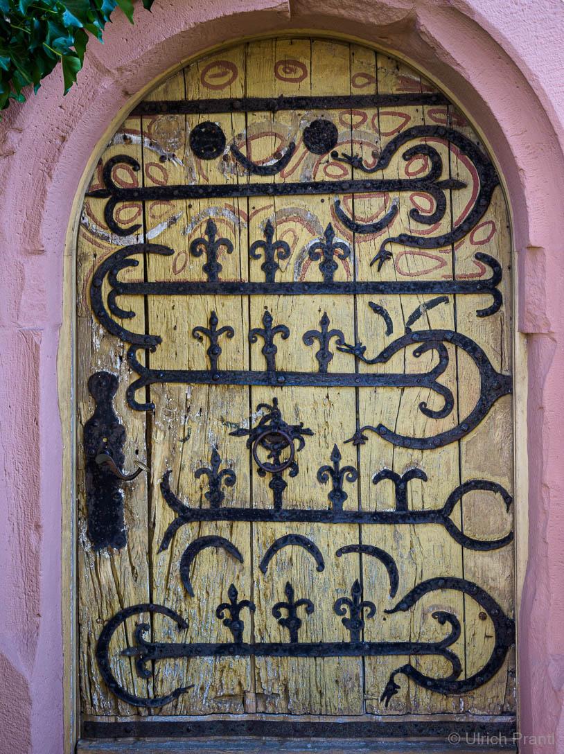 Eisenbeschlagene Eingangstüre der Jakobskirche