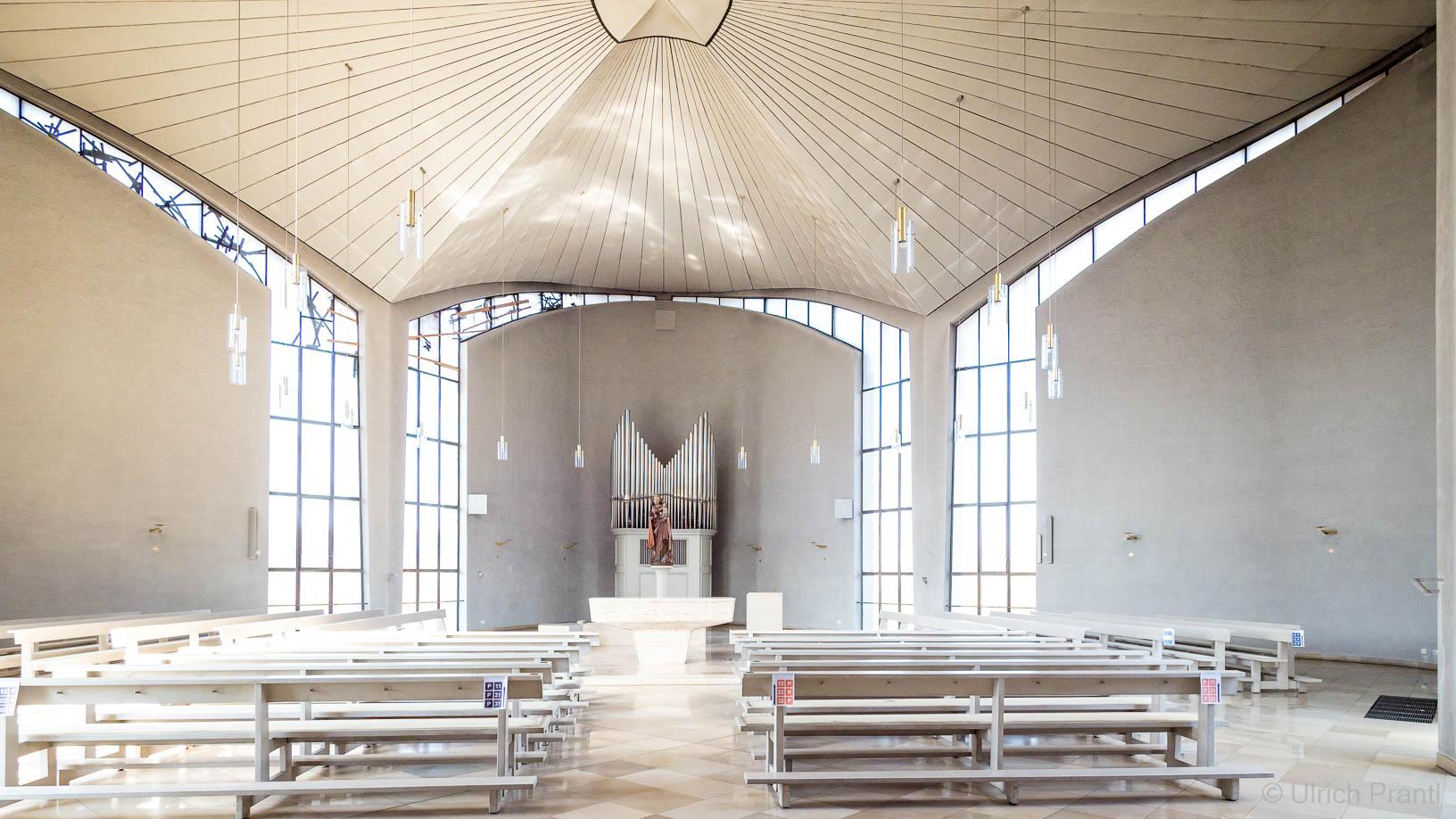 Kälberau: Moderne Kirchenerweitung