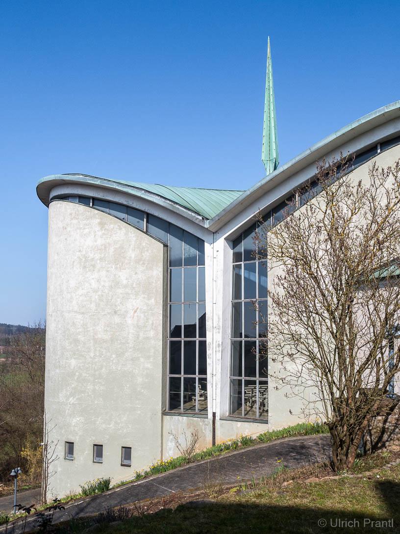 Außenansicht der modernen Kirchenerweiterung in Kälberau