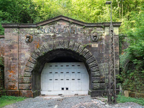 Verschlossenes Tor des Schwarzkopftunnels mit Fledermausöffnungen